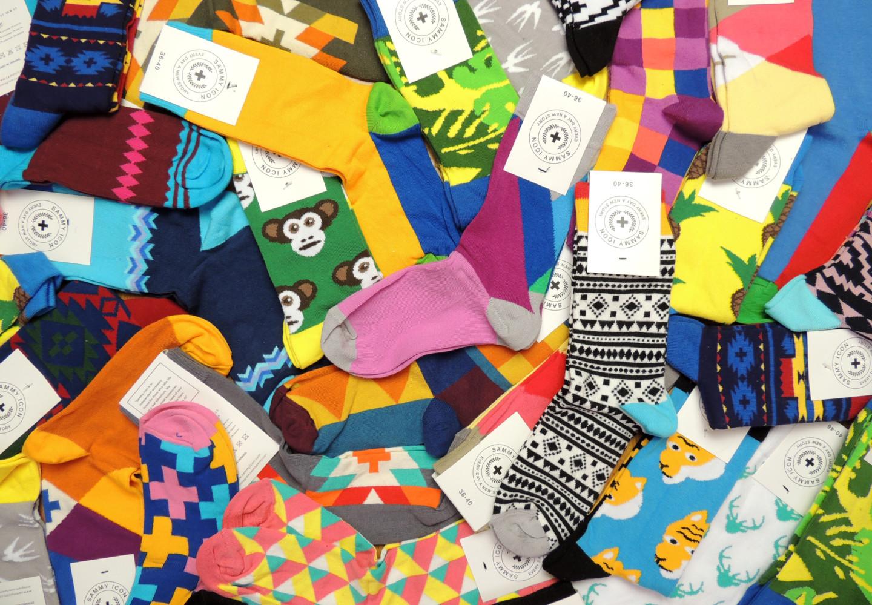 много цветных носков