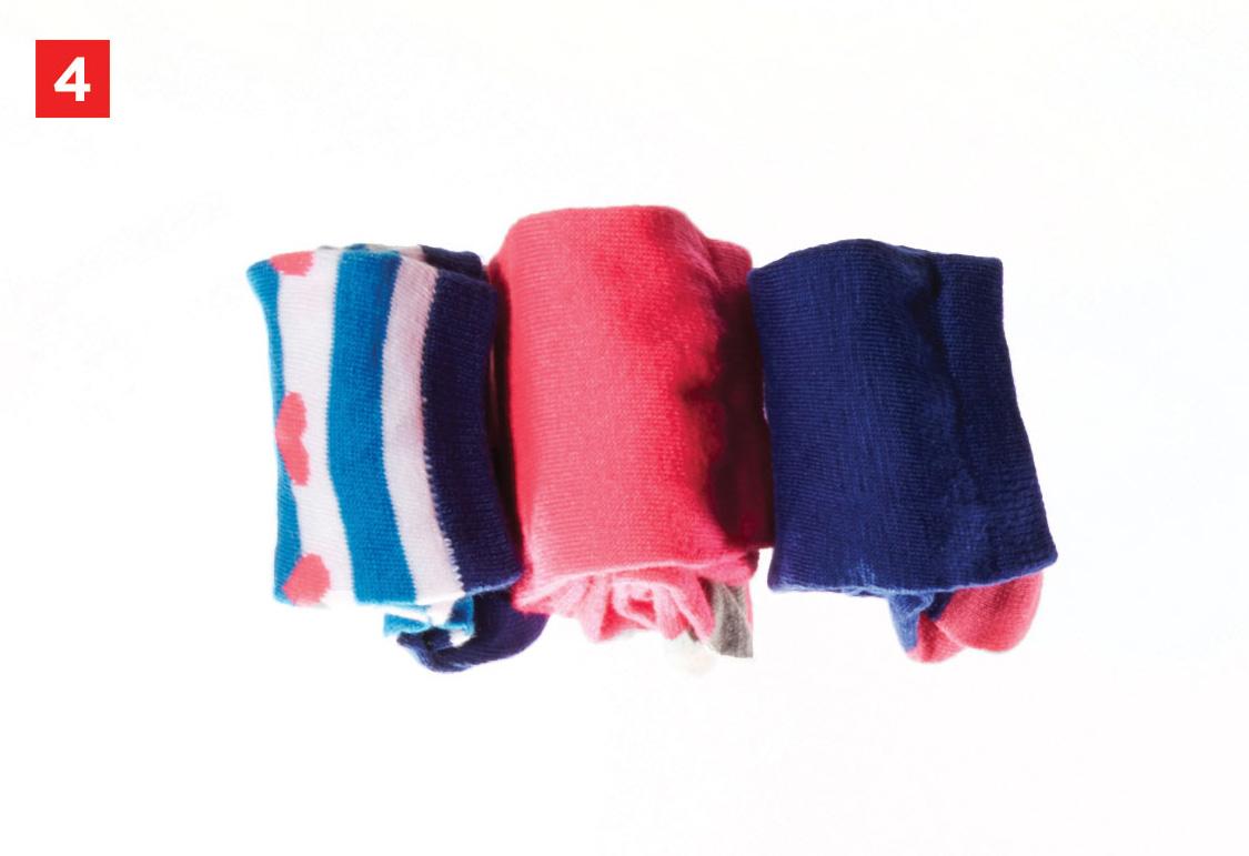 Шаг 4: укладываем сложенные носочки в место хранения.
